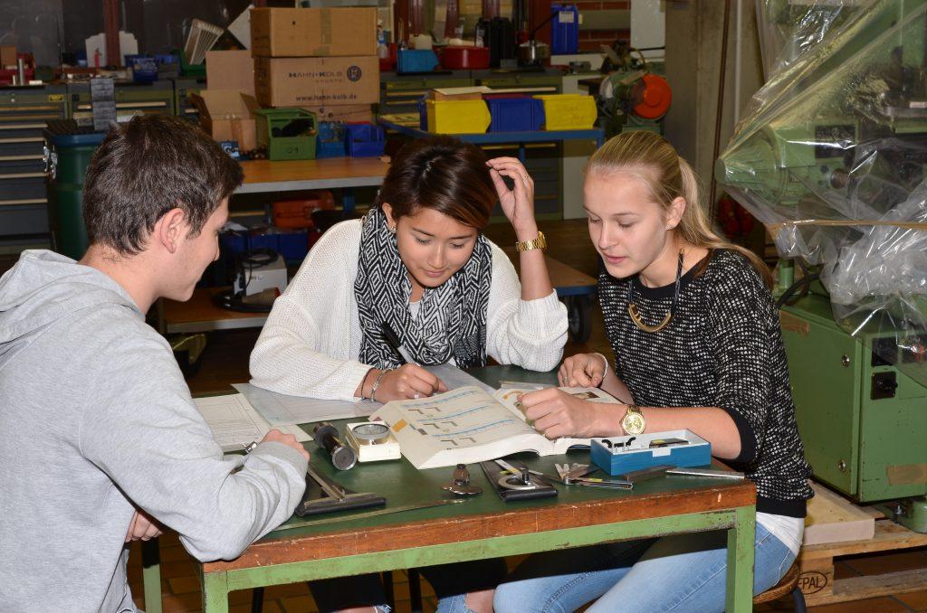 Das Foto zeigt Schüler beim Lernen