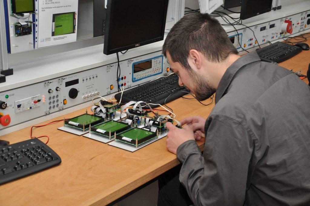 Das Foto zeigt einen Schüler bei Messarbeiten im Elektroniklabor