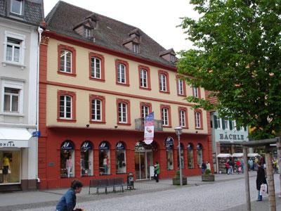 Foto zeigt das Geburtshaus von FAH in der Offenburger Hauotstraße